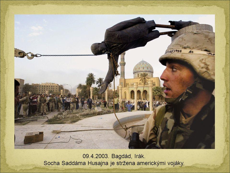 Socha Saddáma Husajna je stržena americkými vojáky.