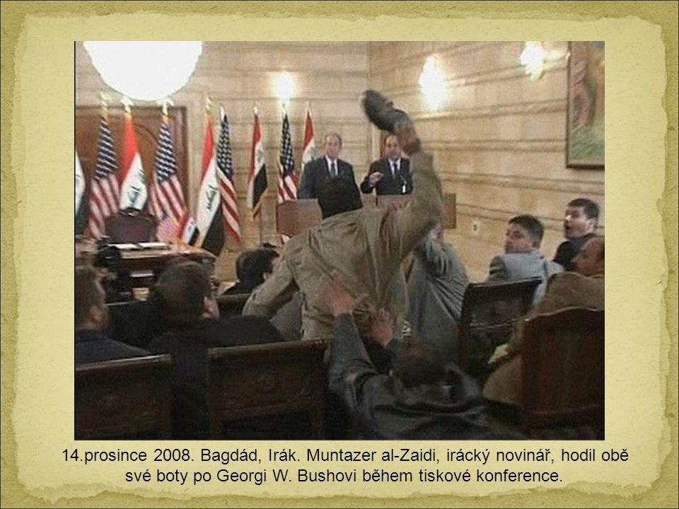 14.prosince 2008. Bagdád, Irák. Muntazer al-Zaidi, irácký novinář, hodil obě své boty po Georgi W.
