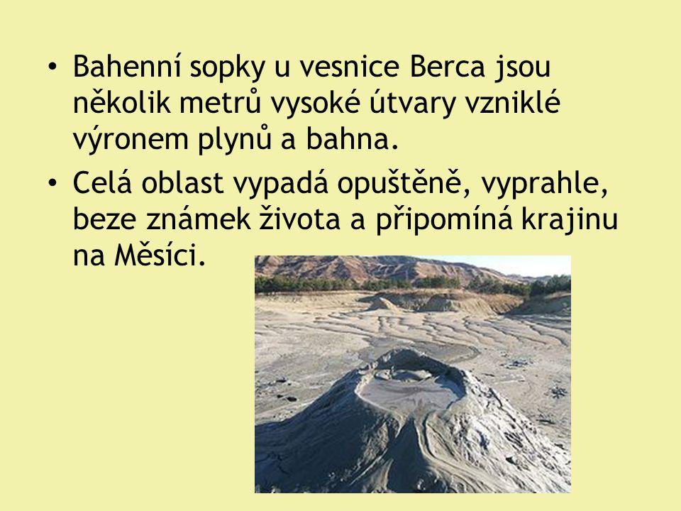 Bahenní sopky u vesnice Berca jsou několik metrů vysoké útvary vzniklé výronem plynů a bahna.