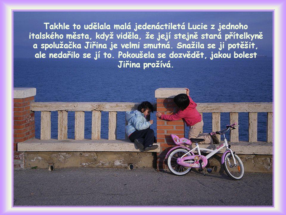 Takhle to udělala malá jedenáctiletá Lucie z jednoho italského města, když viděla, že její stejně stará přítelkyně a spolužačka Jiřina je velmi smutná.