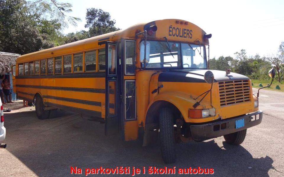 Na parkovišti je i školní autobus