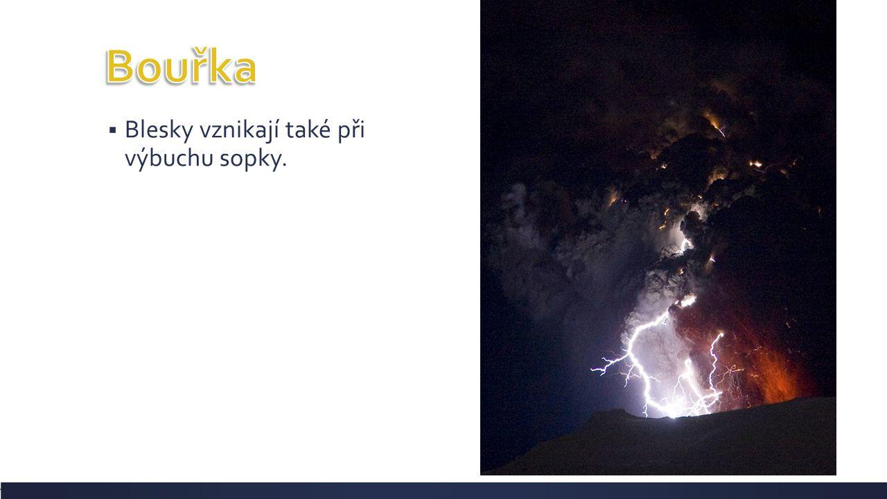 Bouřka Blesky vznikají také při výbuchu sopky.