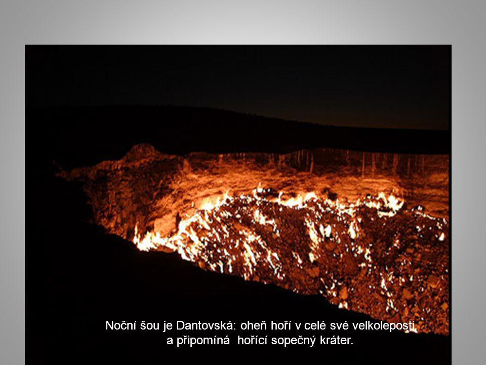 Noční šou je Dantovská: oheň hoří v celé své velkoleposti a připomíná hořící sopečný kráter.