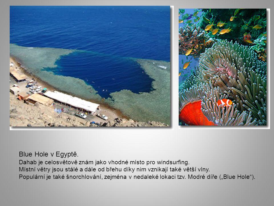 Blue Hole v Egyptě. Dahab je celosvětově znám jako vhodné místo pro windsurfing.