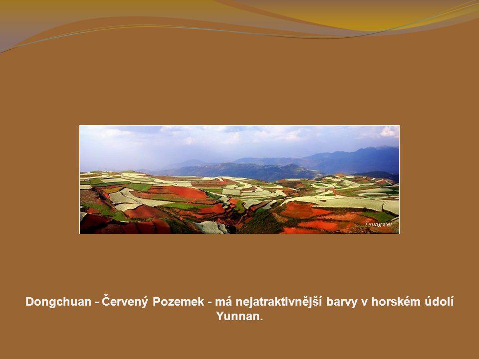 Dongchuan - Červený Pozemek - má nejatraktivnější barvy v horském údolí Yunnan.