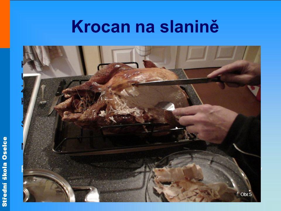 Krocan na slanině Krocana špikujeme slaninou. Uvnitř i zvenku osolíme.