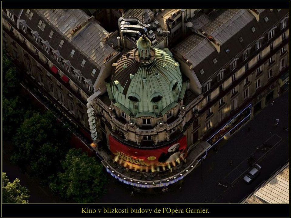 Kino v blízkosti budovy de l Opéra Garnier.