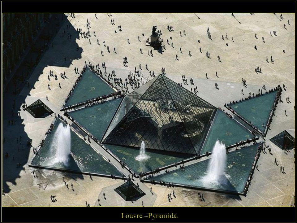 Louvre –Pyramida.