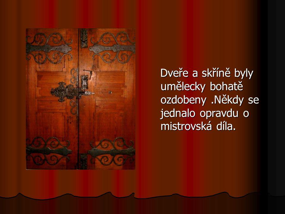 Dveře a skříně byly umělecky bohatě ozdobeny