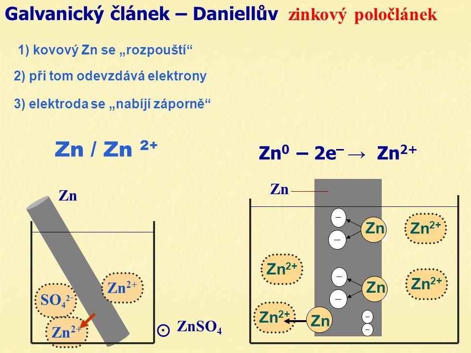 2) při tom odevzdává elektrony