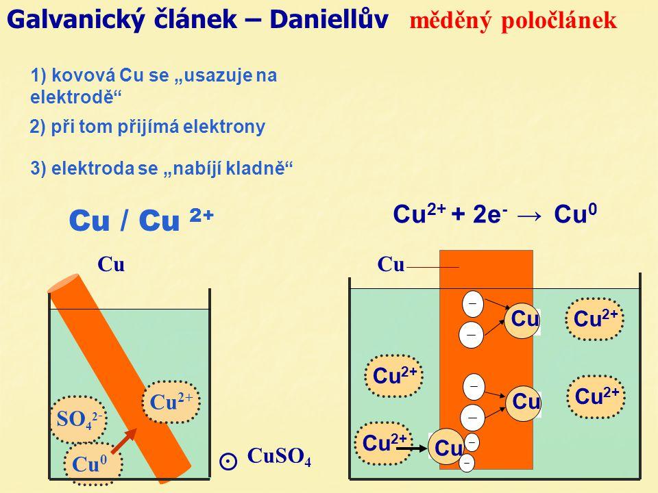 2) při tom přijímá elektrony