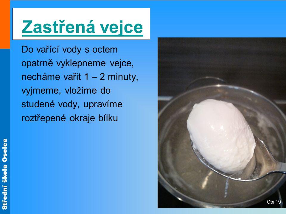 Zastřená vejce Do vařící vody s octem opatrně vyklepneme vejce,