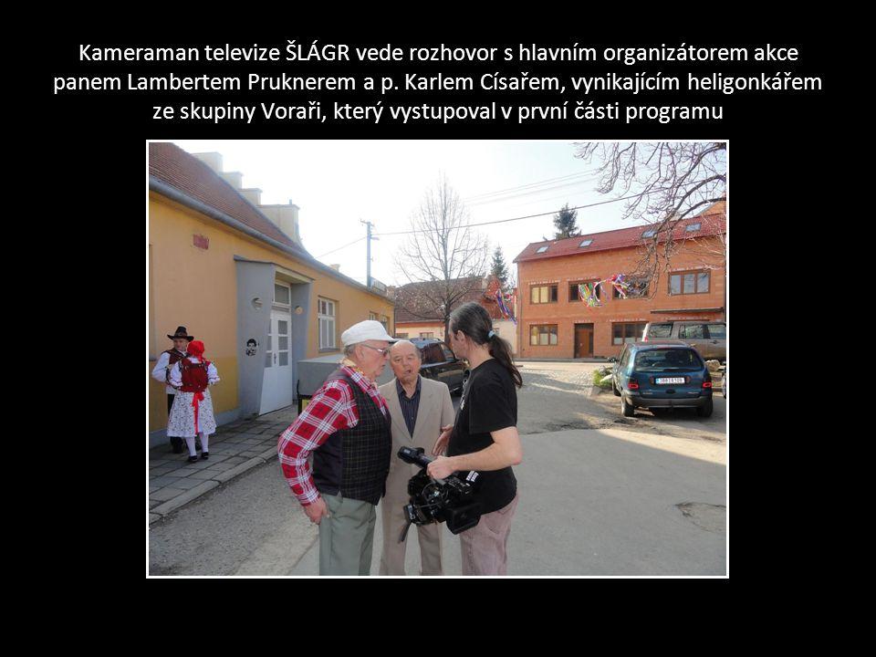 Kameraman televize ŠLÁGR vede rozhovor s hlavním organizátorem akce panem Lambertem Pruknerem a p.