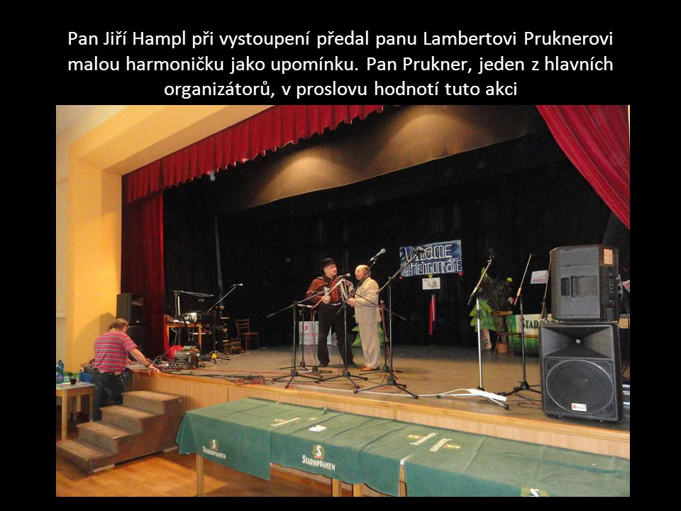 Pan Jiří Hampl při vystoupení předal panu Lambertovi Pruknerovi malou harmoničku jako upomínku. Pan Prukner, jeden z hlavních organizátorů, v proslovu hodnotí tuto akci