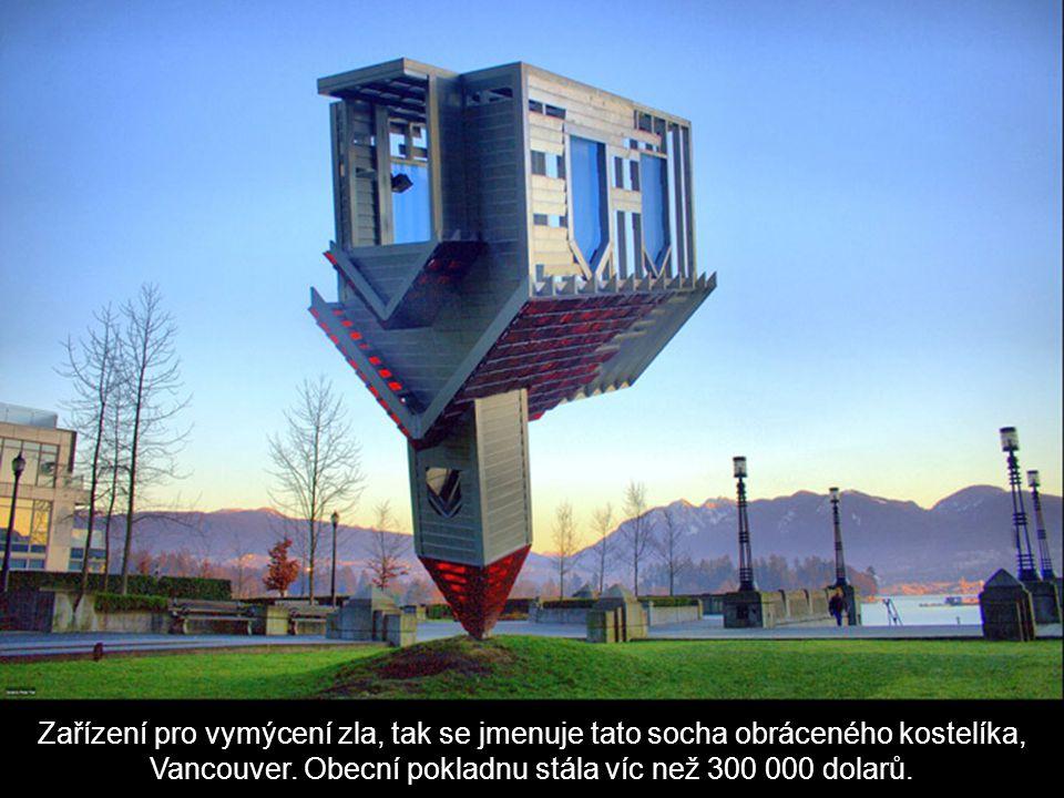 Zařízení pro vymýcení zla, tak se jmenuje tato socha obráceného kostelíka, Vancouver.