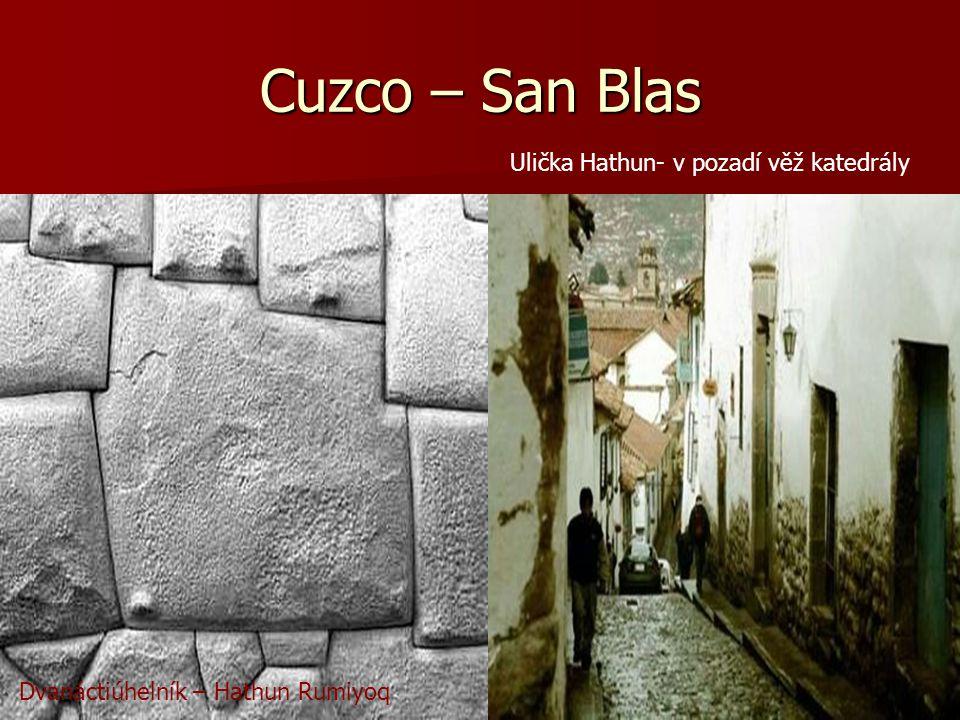 Cuzco – San Blas Ulička Hathun- v pozadí věž katedrály