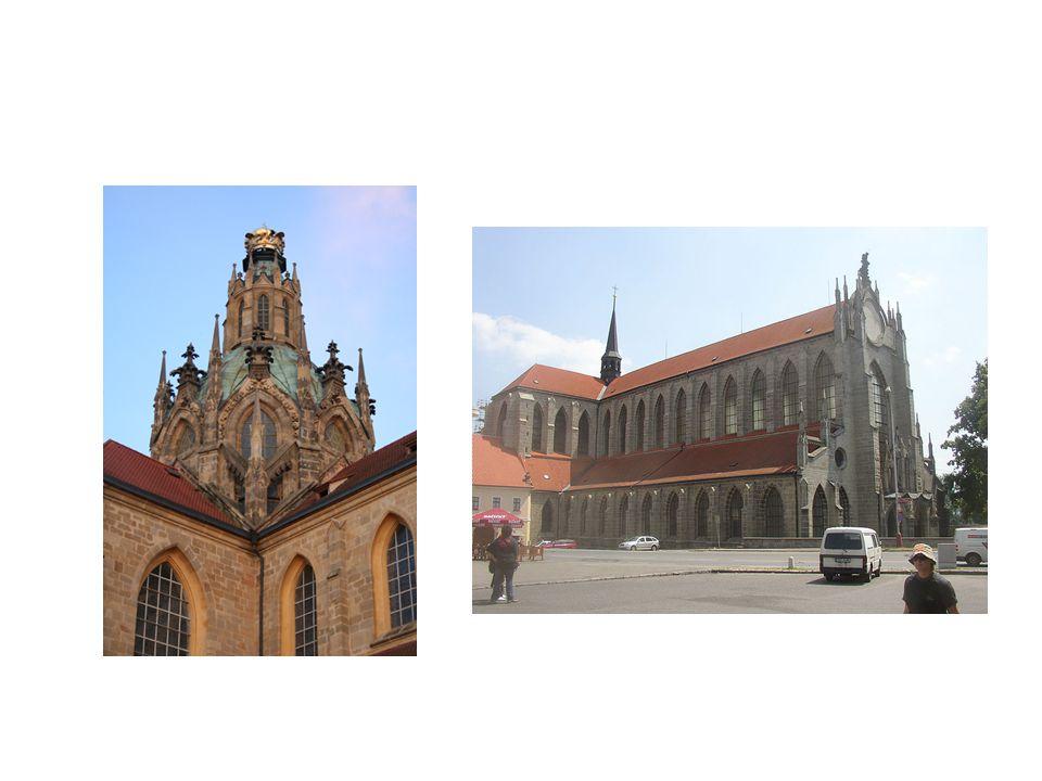 vlevo kostel Nanebevzetí Panny Marie v Kladrubech, vpravo katedrála Panny Marie v Sedlci u Kutné Hory