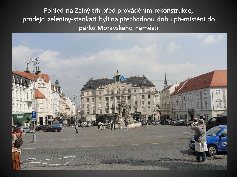 Pohled na Zelný trh před prováděním rekonstrukce, prodejci zeleniny-stánkaři byli na přechodnou dobu přemístěni do parku Moravského náměstí