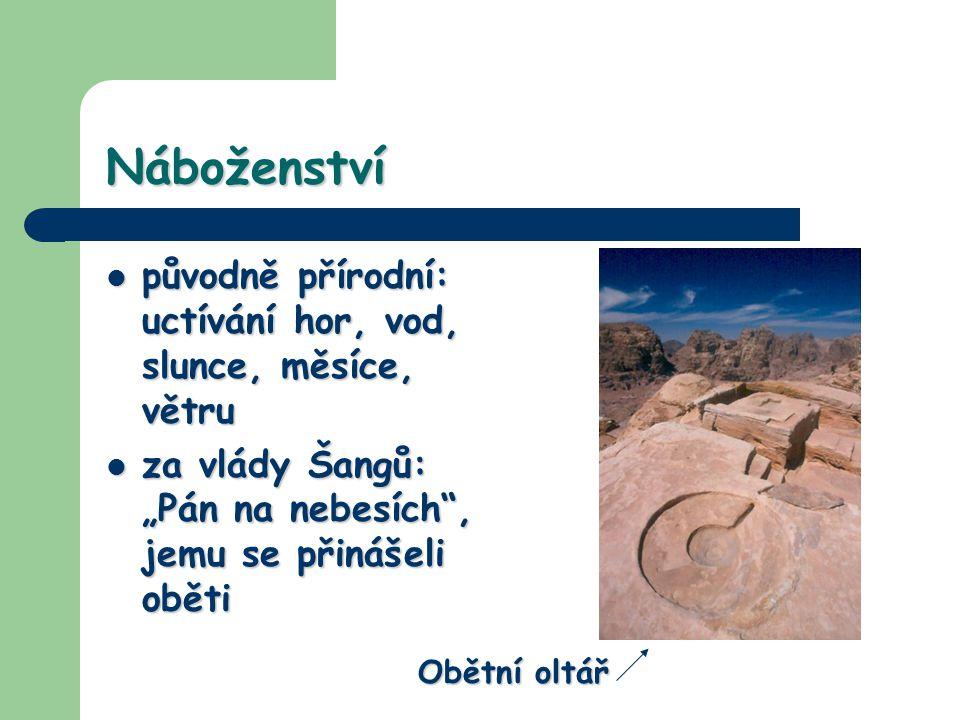 Náboženství původně přírodní: uctívání hor, vod, slunce, měsíce, větru