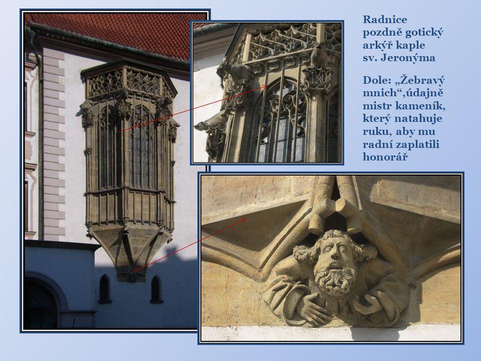 """Radnice pozdně gotický. arkýř kaple. sv. Jeronýma. Dole: """"Žebravý mnich ,údajně mistr kameník, který natahuje ruku, aby mu radní zaplatili."""
