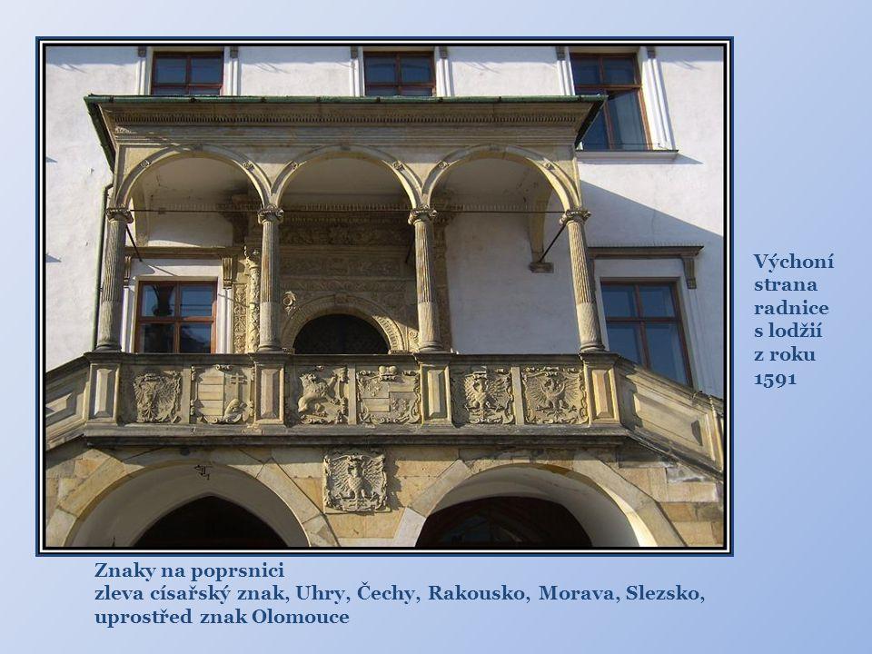 Výchoní strana. radnice s lodžií z roku 1591. Znaky na poprsnici. zleva císařský znak, Uhry, Čechy, Rakousko, Morava, Slezsko,
