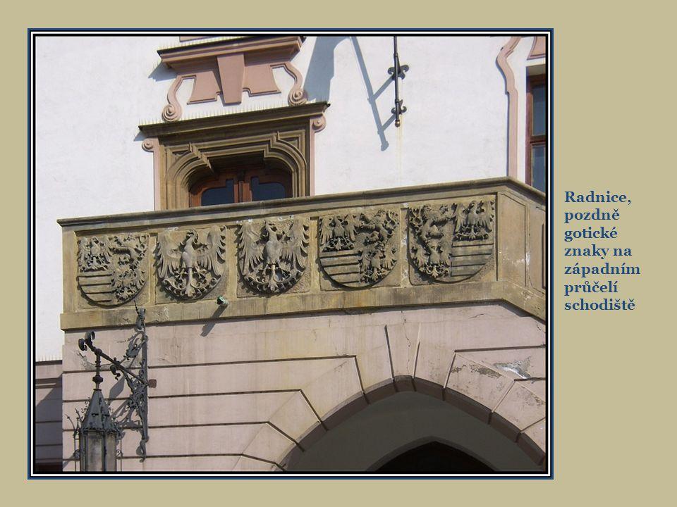 Radnice, pozdně gotické znaky na západním průčelí schodiště