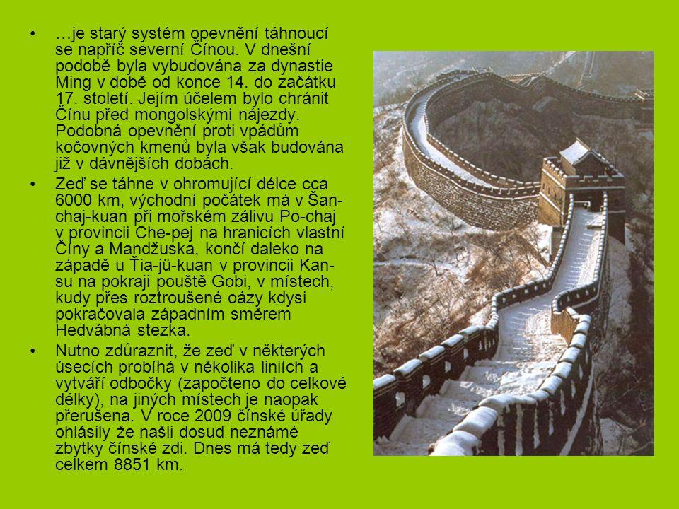 …je starý systém opevnění táhnoucí se napříč severní Čínou