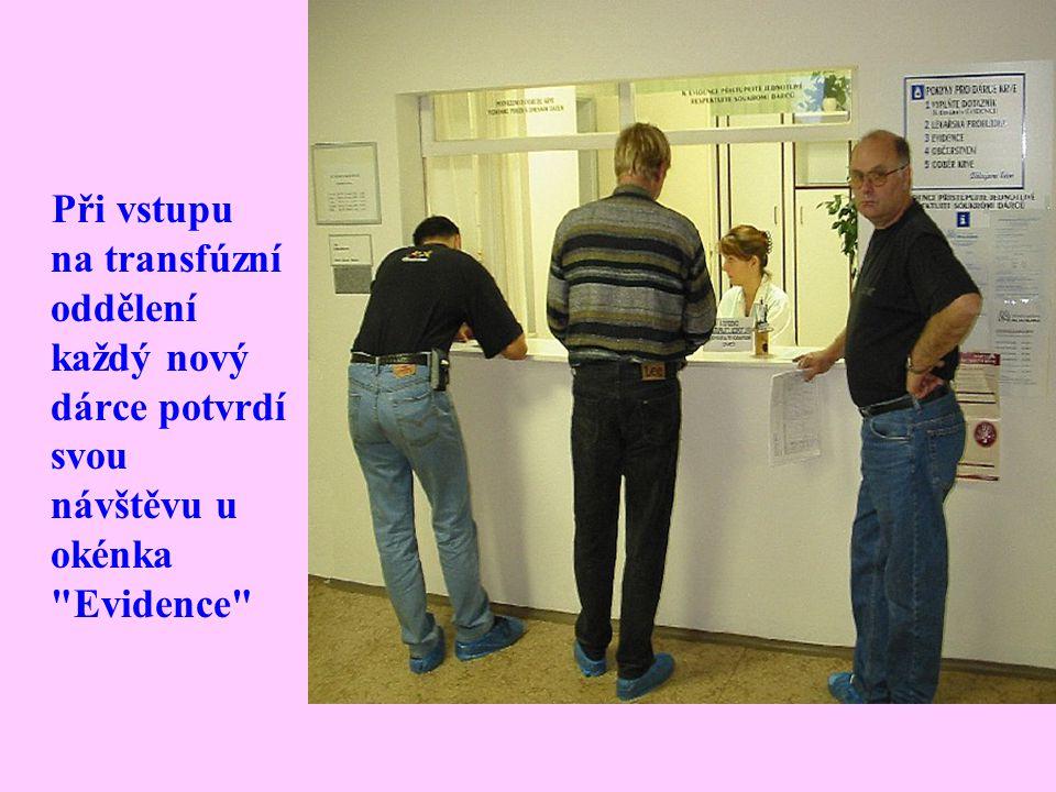 Při vstupu na transfúzní oddělení každý nový dárce potvrdí svou návštěvu u okénka Evidence
