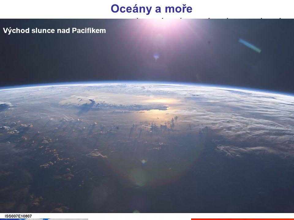 Oceány a moře Asii omývají všechny 4 oceány. Severní ledový oceán, Tichý oceán, Indický oceán a Atlanský oceán. Pobřeží omývají okrajová moře.