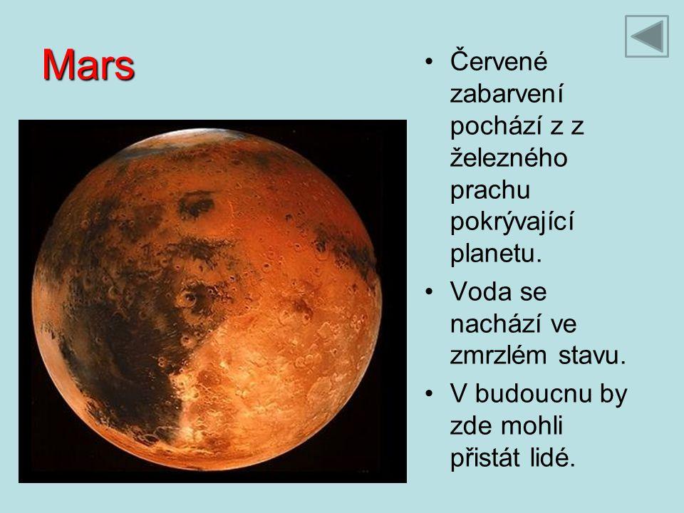 Mars Červené zabarvení pochází z z železného prachu pokrývající planetu. Voda se nachází ve zmrzlém stavu.