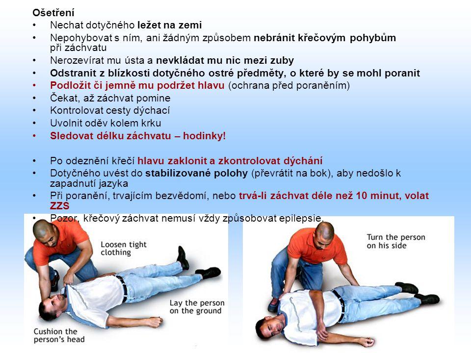 Ošetření Nechat dotyčného ležet na zemi. Nepohybovat s ním, ani žádným způsobem nebránit křečovým pohybům při záchvatu.