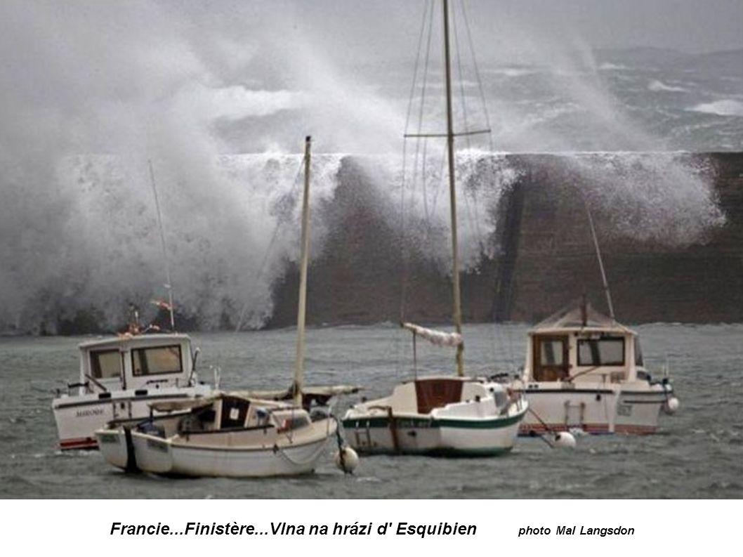 Francie...Finistère...Vlna na hrázi d Esquibien photo Mal Langsdon