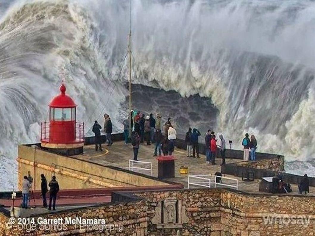Portugalsko ... Město Nazaré slavná pláž pro surfování Praia do Norte photo1 Fransisco Seco