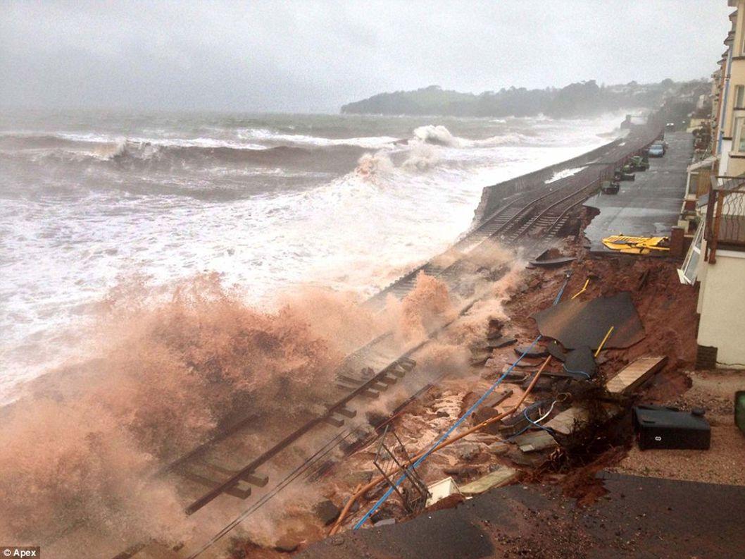 Velká Británie... Dawlish – zničení železniční tratě Photo Clive postlethwaite et Apex