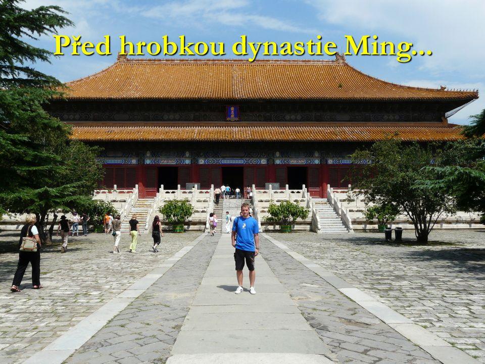 Před hrobkou dynastie Ming...