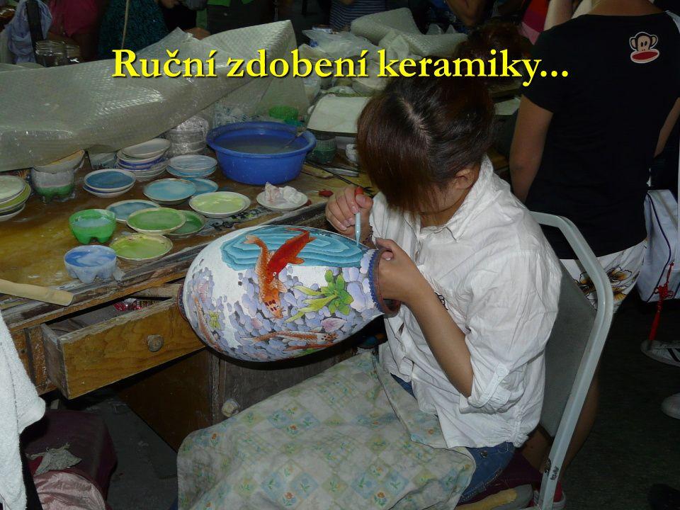 Ruční zdobení keramiky...