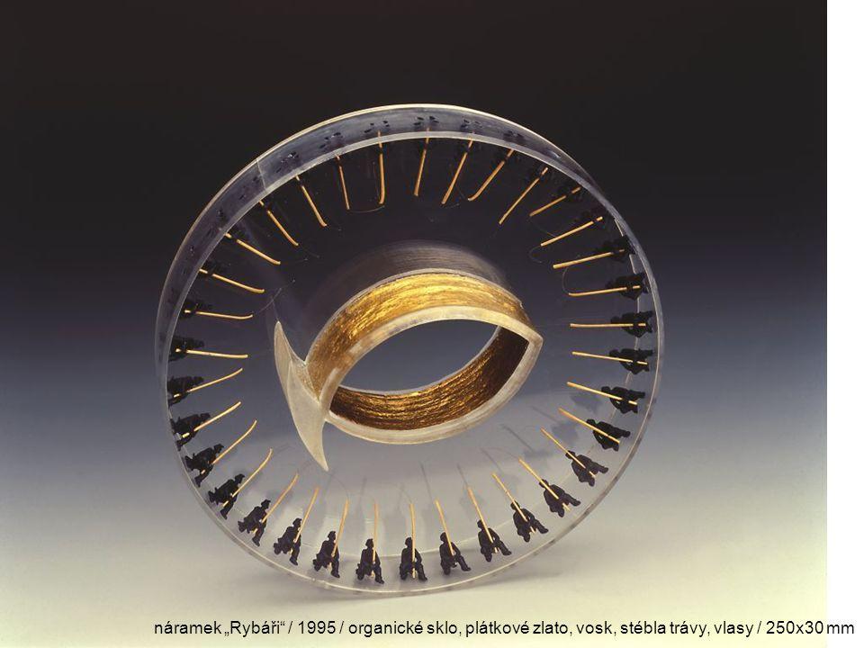 "náramek ""Rybáři / 1995 / organické sklo, plátkové zlato, vosk, stébla trávy, vlasy / 250x30 mm"