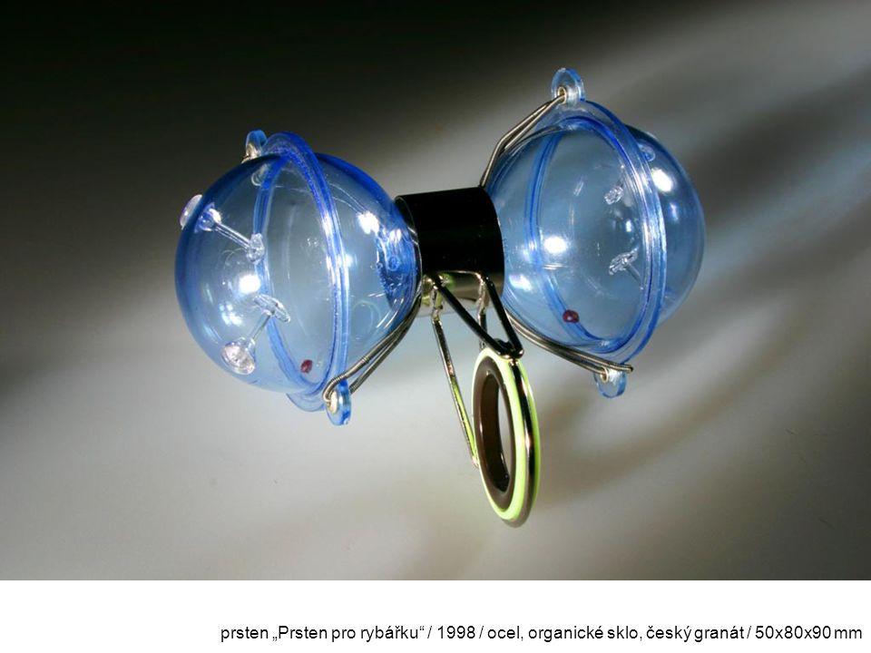 """prsten """"Prsten pro rybářku / 1998 / ocel, organické sklo, český granát / 50x80x90 mm"""