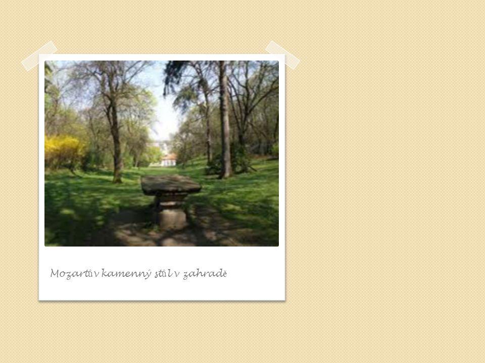 Mozartův kamenný stůl v zahradě