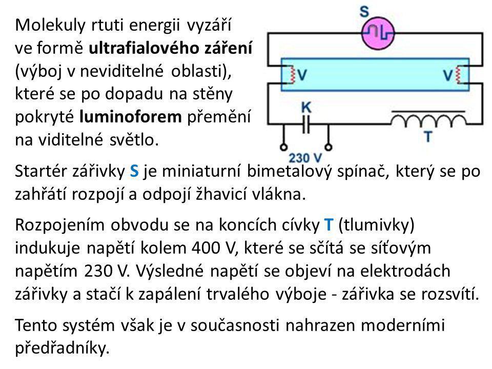 Molekuly rtuti energii vyzáří ve formě ultrafialového záření (výboj v neviditelné oblasti), které se po dopadu na stěny pokryté luminoforem přemění na viditelné světlo.