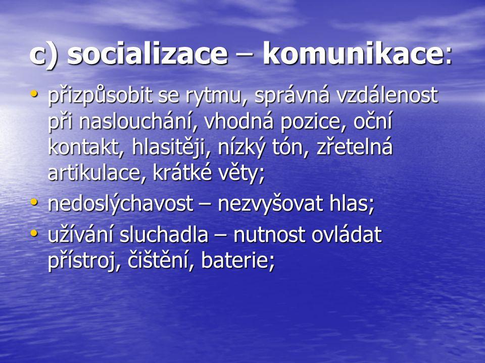 c) socializace – komunikace: