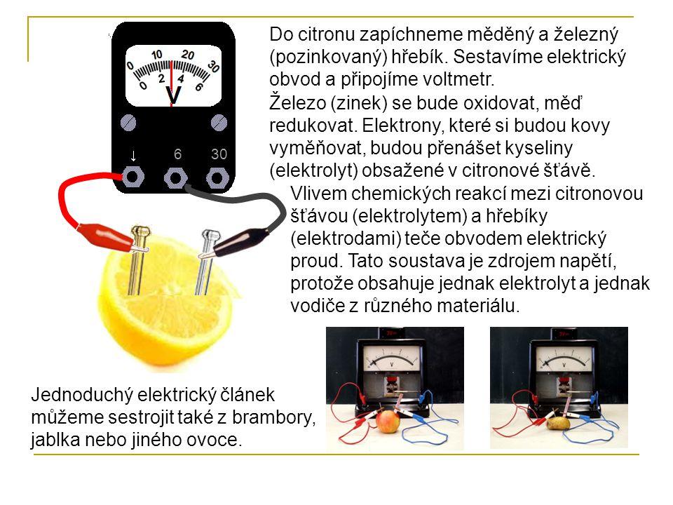 6 30. Do citronu zapíchneme měděný a železný (pozinkovaný) hřebík. Sestavíme elektrický obvod a připojíme voltmetr.