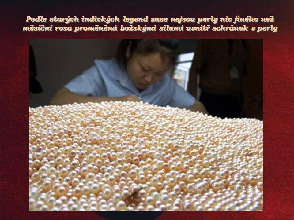 Podle starých indických legend zase nejsou perly nic jiného než měsíční rosa proměněná božskými silami uvnitř schránek v perly