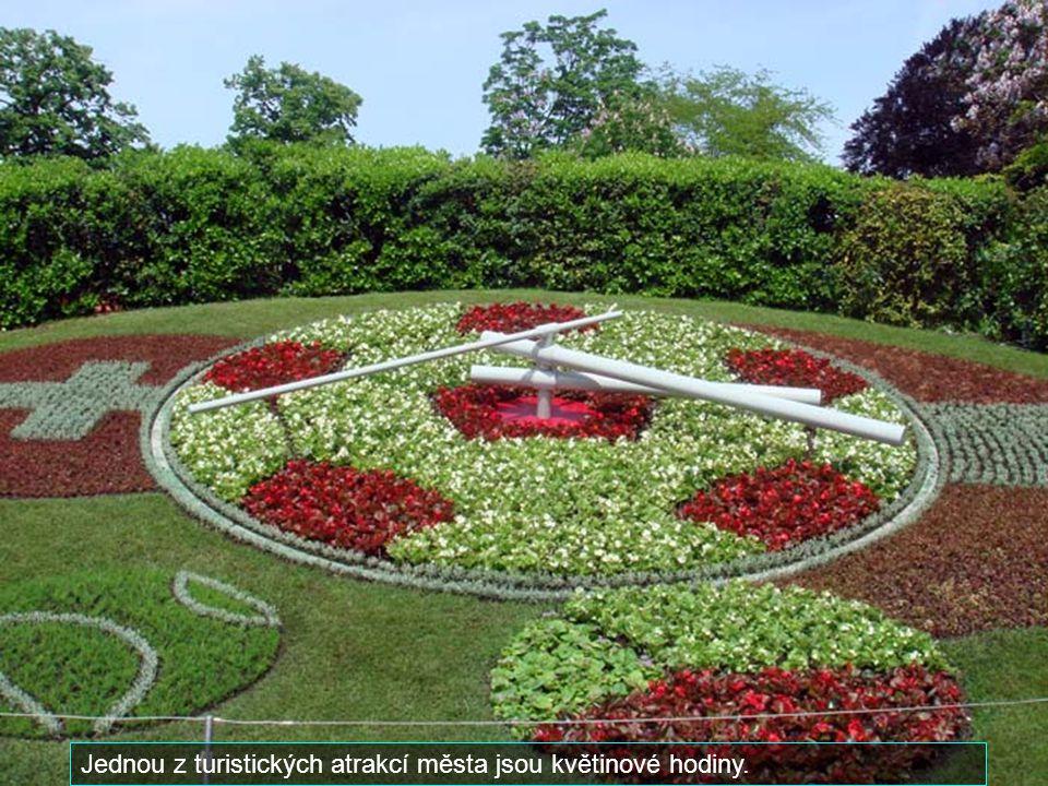 Jednou z turistických atrakcí města jsou květinové hodiny.