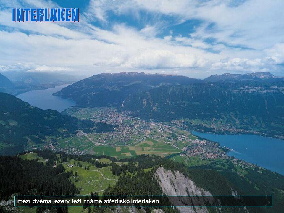 INTERLAKEN mezi dvěma jezery leží známe středisko Interlaken..