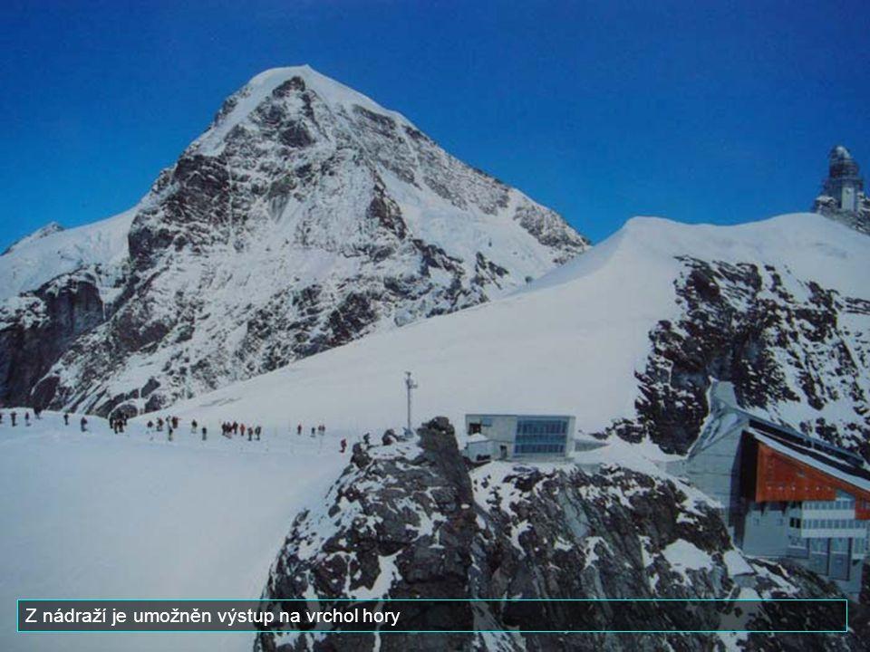 Z nádraží je umožněn výstup na vrchol hory