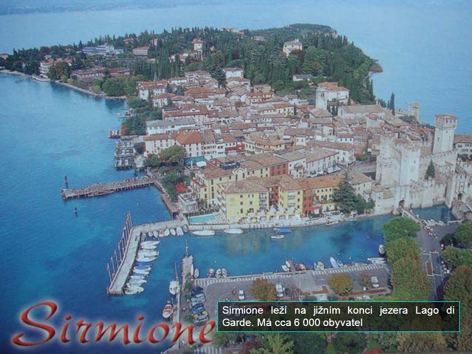 Sirmione leží na jižním konci jezera Lago di Garde