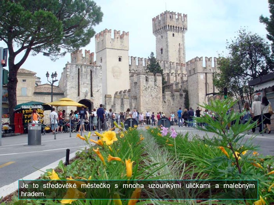 Je to středověké městečko s mnoha uzounkými uličkami a malebným hradem.
