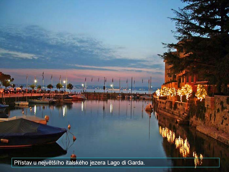 Přístav u největšího italského jezera Lago di Garda.
