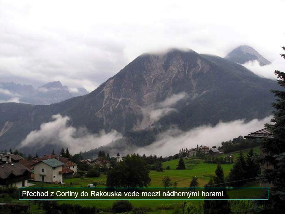 Přechod z Cortiny do Rakouska vede meezi nádhernými horami.